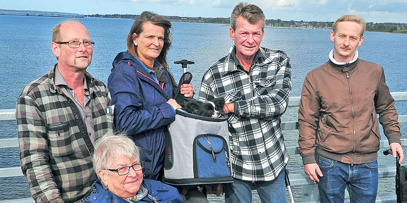 Alex Weber (nummer 2 fra højre) fik for tre måneder siden amputeret sit ene ben og brugte gåturen på broen til at træne den nye benprotese. Foto: Steen Westh