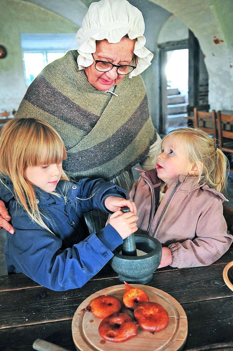 Gro og Bjørk fra Skuldelev lavede æbleskiver i slottets gamle køkken Foto: Steen Westh