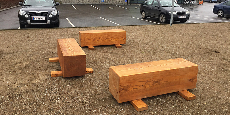 Netto har valgt lokalt producerede bænke af kernetræ fra Douglas fyr til hvilearealet. De passer både til Nettos flotte nordiske look og de øvrige pladser i Bymidten. Det er produktionsskolen, nu kaldet del af FGU-Nordsjælland, der står for prodution og opsætning.
