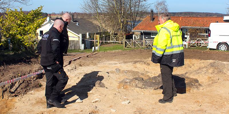 ROMUs arkæolog Palle Østergaard Sørensen mødes her med betjente fra Nordsjællands Politi.  Foto: ROMU