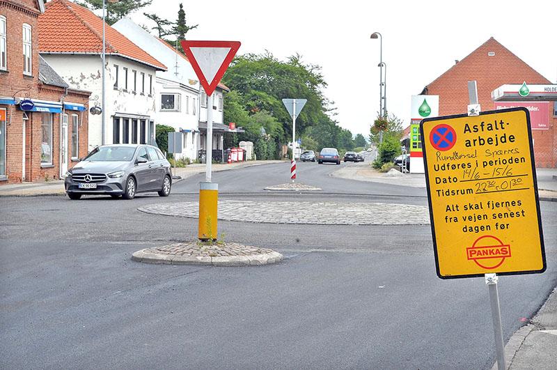 Asfaltfirmaet Pankas i gang med at lægge nyt slidlag på Hovedgaden i Jægerspris. Af hensyn til trafikken foretages arbejdet med at lægge nyt slidlag i rundkørslerne som aften-/natarbejde. Foto: Steen Westh