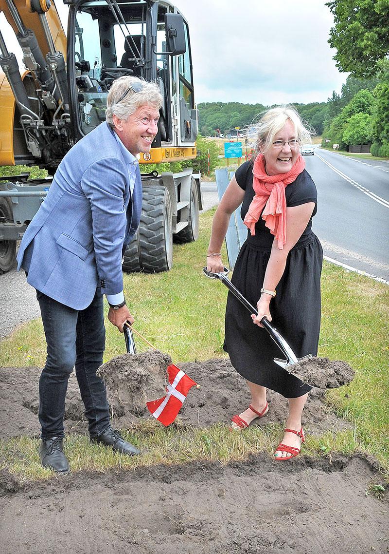 1: Borgmester John Schmidt Andersen og formand for Teknisk Udvalg Tina Tving Stauning tog det fælles første spadestik til Kulhusecykelstien.