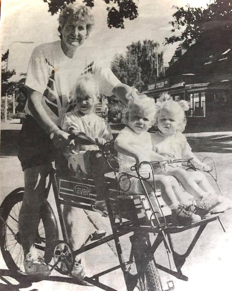 Det 25 år gamle foto, hvor Bent Ørnfeld kører rundt på sin ladcykel med sine tre børnebørn, bagerst Regitze forrest tvillingerne Josefine og Katrine.  Foto: Steen Westh