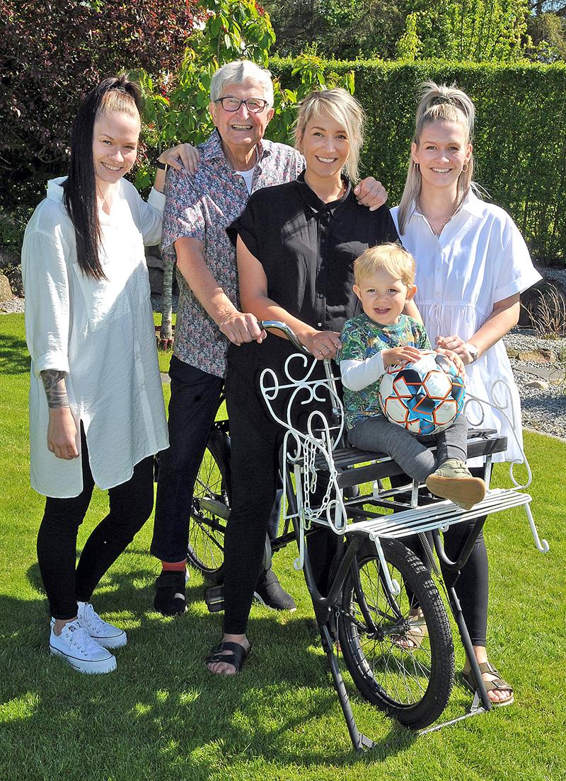 Ladcyklen er den samme, og de tre børnebørn er stadig med på fotoet. Tv. Josefine og th. Katrine. Regitze (i midten) har gjort Bent Ørnfeld til oldefar. Så nu er det Marcelo på to år, der indtager hæderspladsen på cyklen.