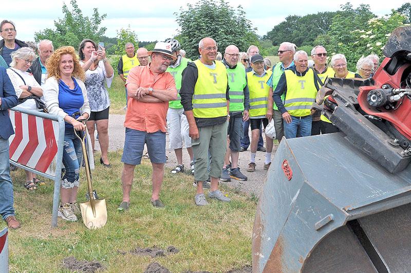 Iført gule veste mødte en række cykelglade seniorert fra Lundebjerggård  aktivitetscenter op for at overvære første spadestik.