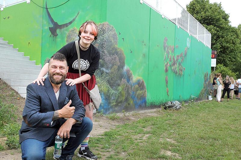 vægmaleri Kristian Vodder Svensson sammen med en ivrig og dygtig deltager, Amanda Troest