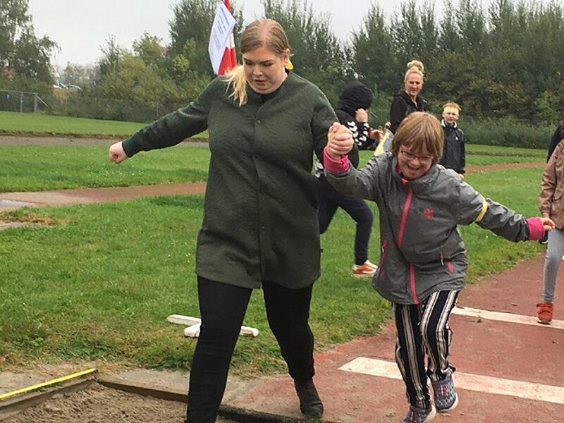 En af de paralympiske discipliner var længdespring. Nogen kunne selv springe, andre havde brug for lidt hjælp fra en voksen. Foto: Frederikssund Kommune